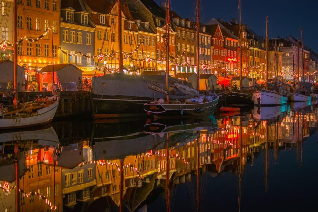 Weihnachtstraditionen in Dänemark: Weihnachtsmarkt am Nyhavn in Kopenhagen.